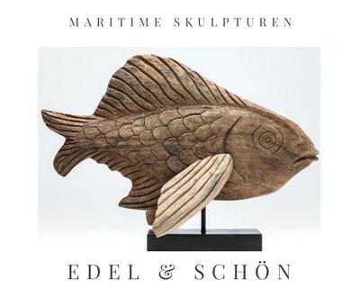 edle maritime Skulptur Fisch auf Sockel auf gebleichtem Holz